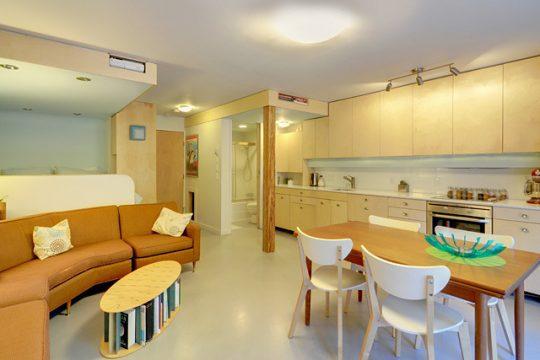Vista del diseño de la cocina lineal y la sala comedor