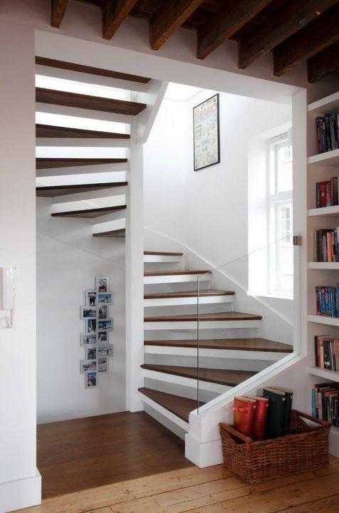 Puede diseñarse este modelo de escaleras en un espacio cuadrado, tiene una estructura de acero con peldaños de madera (Robert rhodes architecture + interiors)