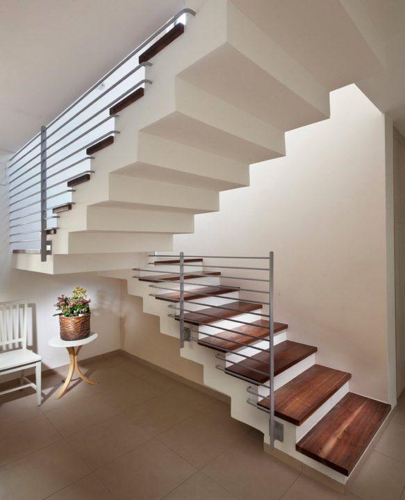 Barandas rectas de escaleras construidas en hormigón con pasos cubiertos de madera (Elad Gonen)