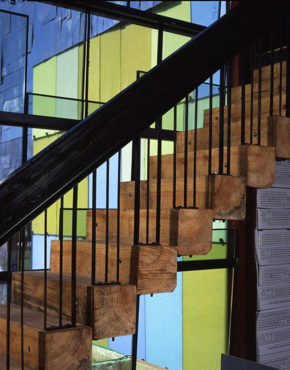 Diseño de escaleras ideal para una casa rústica, construido a partir de troncos con estructura de acero para las barandas  (Jensen Architects)