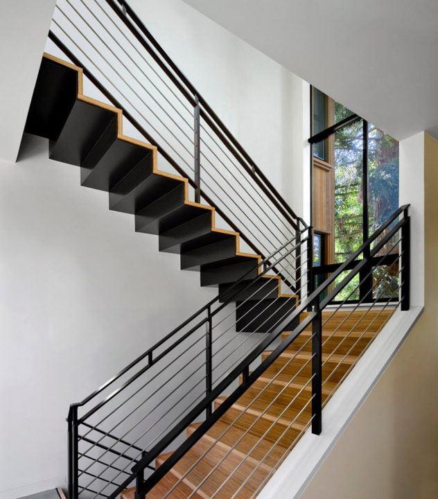 Las escaleras la constituyen una única pieza de hierro que ha sido cubierto de madera , el pasamanos es de hierro de tubo rectangular (Cathy Schwabe Architecture)