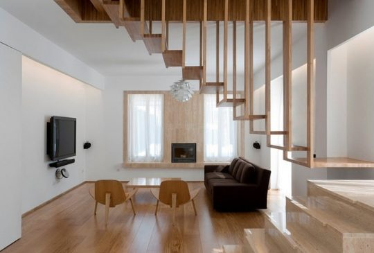 Ligero diseño de escaleras que permite el paso de la luz y las visuales entre ambientes (William Bosc)