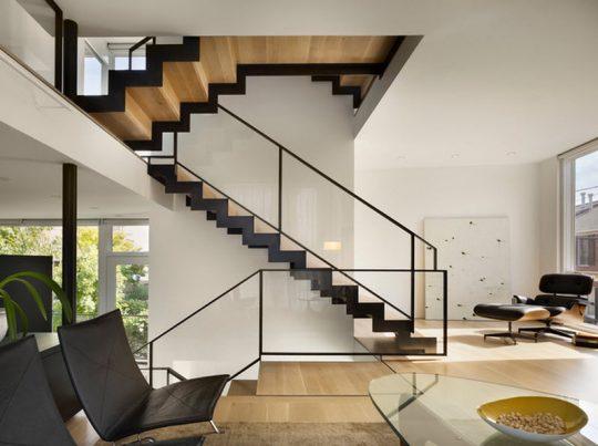 Laterales en zig zag de acero negro y pasos y contrapasos de madera en color natural (McCoubrey/Overholser)