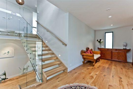 Diseño de las modernas escaleras de madera y pasamanos de cristal
