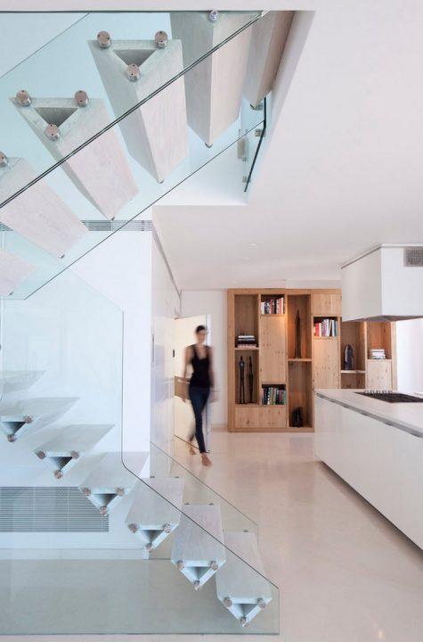 El vidrio templado – laminado es la estructura que contiene los peldaños que gracias a su forma permite soportar el paso de las personas (Gerstner)