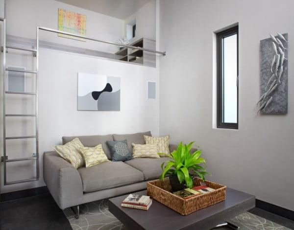 Se aprovechan todos los rincones de la casa para crear mas espacios, en este caso una cama en el mezzanine, una solución que hemos visto en los apartamento pequeños