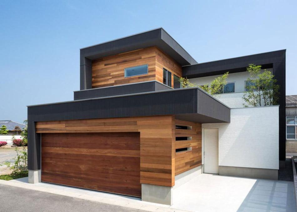 Imponente fachada de la casa, destaca por el uso de la madera en dos tonos de color combinados, el lado derecho de la casa ha sido pintado de color blanco para atenuar la fuerza de los colores y acabados de la madera (Architect Show Co.)