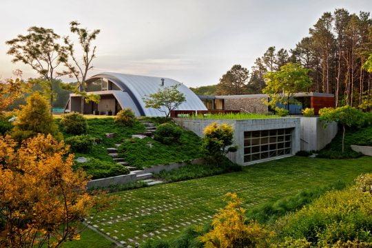 Diseño de la casa esta perfectamente integrado al entorno natural, se ha aprovechada los desniveles para crear interesantes trabajos de arquitectura paisajista y green roofs