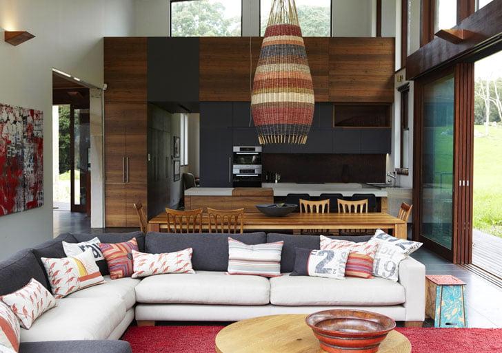 Se ha hecho un interesante contraste entre un juego de muebles de sala moderno con elementos naturales de aspecto rústico como la madera de roble de Tasmania en los muros, se aplicó también en trabajos de ebanistería de la casa refugio