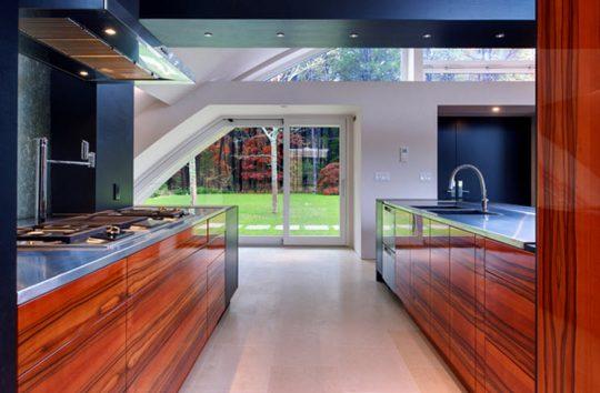 Diseño de cocina con isla de muebles brillantes