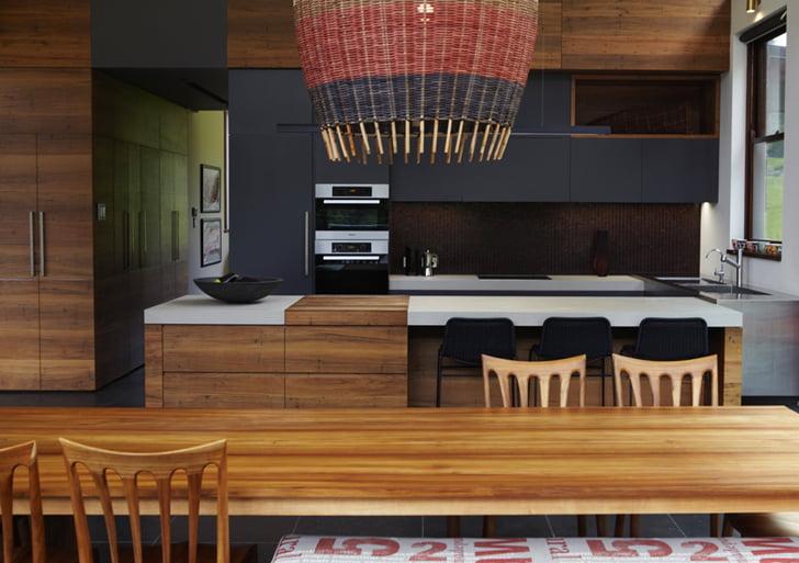 Vista de la cocina donde podemos ver el trabajo de la lámpara de fibras naturales sobre el comedor