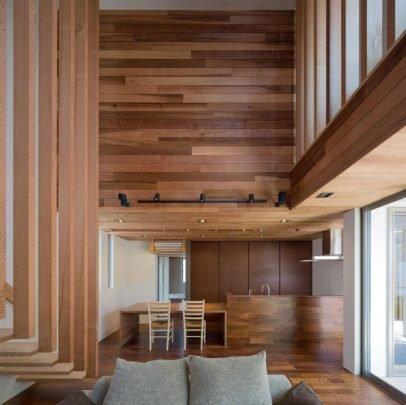 La casa parece que hubiera sido construida enteramente en madera, pero ha sido enchapada internamente con este material, algunas pareces han quedado con el hormigón pintado en blanco