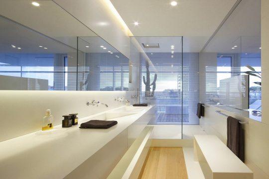 Vista del lavabo y ducha del cuarto de baño principal