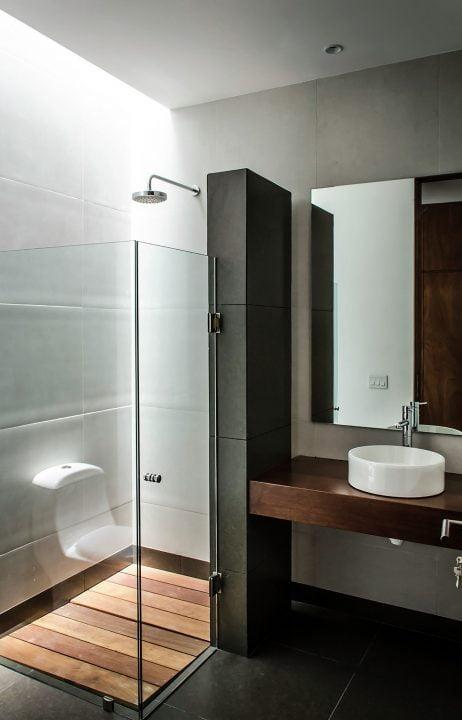 Diseño de cuarto de baño con ventilación e iluminación por techo
