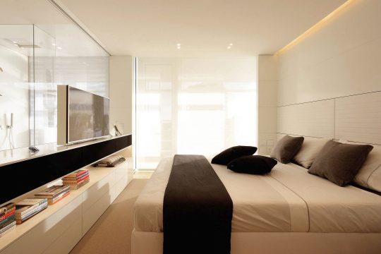 Diseño del dormitorio principal con buena iluminación natural
