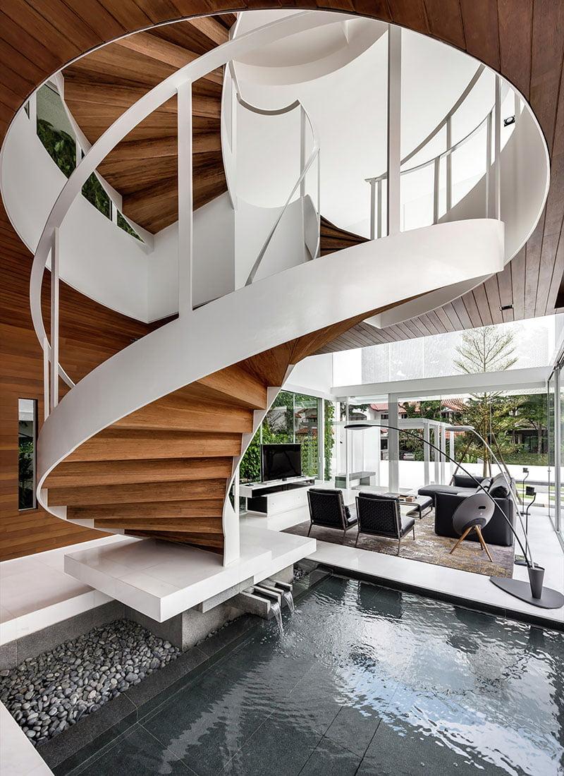 Diseño de la escalera caracol con espejo de agua en su base