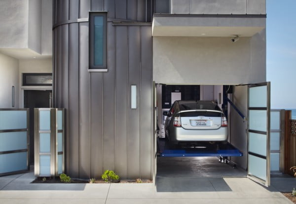 Los autos pueden elevarse lo que permite el acceso de otro vehículo debajo, un sistema usado en algunos estacionamientos comerciales, pero que funciona muy bien en una casa donde se quiere ahorrar espacio