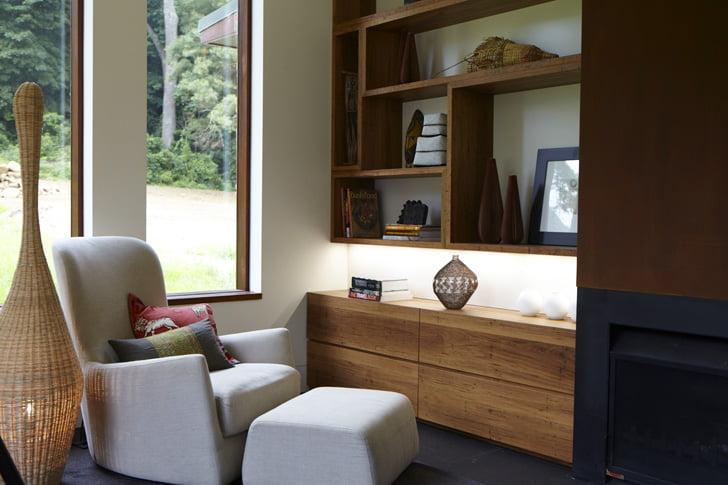Un tranquilo espacio propicio para la lectura, vemos el diseño de una lámpara de piso con pantalla de tejidos naturales