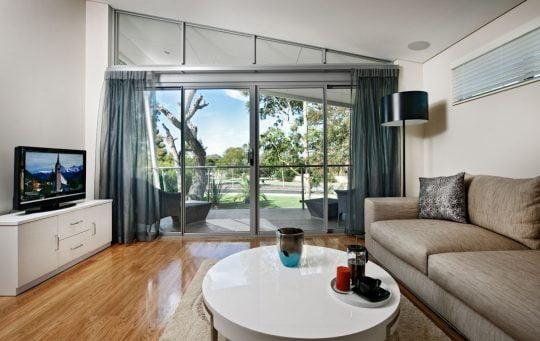 En el segundo nivel se ha diseñado una sala estar para ver televisión o también como salón multimedia, tiene acceso a una terraza
