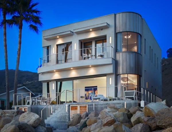 Fachada posterior de la casa con acceso y vista al mar (casa: 3 Palms Project )