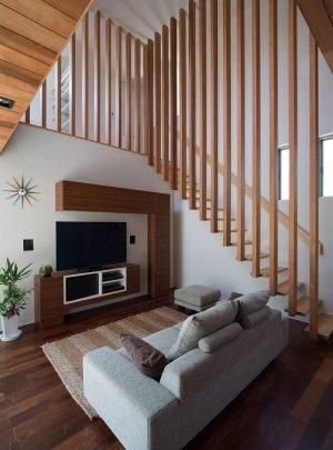 En el diseño de interiores de la sala podemos ver el uso masivo de la madera destacando el diseño de la escalera, el diseño del mueble del televisor guarda relación con la forma de las estructuras de la fachada