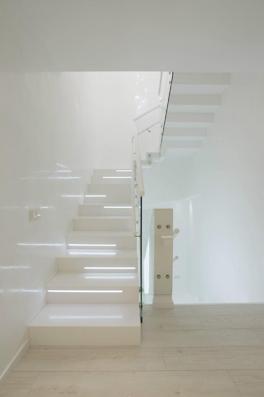 Los contrapasos de las escaleras están retro iluminados, ademas tiene vidrio laminado como protección bajo la baranda