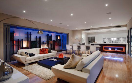 Sobresale la decoración de la sala y la cocina en la zona social, tiene un pequeño patio al frente de la sala que ha sido iluminado en tonos de color azul lo que le da un aspecto moderno a la decoración, las paredes son blancas con pisos de madera en color natural