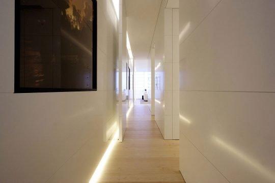 Pasadizo de acceso a dormitorios y al final la sala comedor