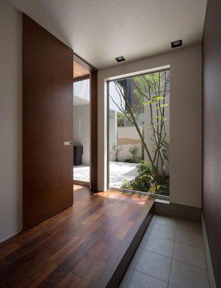 Se ha diseñado una gran puerta corrediza, ideal cuando quieres poner objetos detrás o dejar los espacios de circulación limpios que -aveces- no permite el diseño de puertas tradicionales con giros de 90º