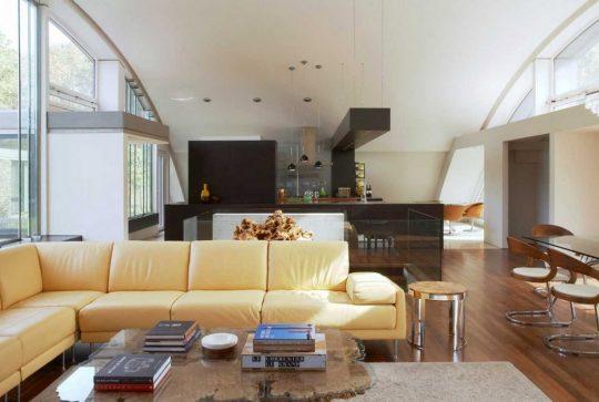 Moderno diseño de sala que tiene como marco el imponente techo curvo