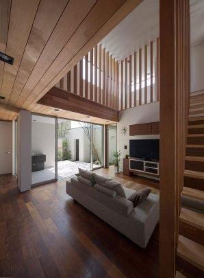 El uso de varillas verticales como forma de cerramiento desde la escalera hasta el segundo piso puede parecer excesivo, en este caso también se puede optar por usar una sencilla varilla horizontal o un cerramiento con vidrio laminado