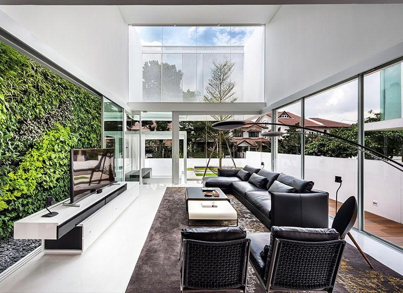 Diseño de la moderna sala que parece integrarse con el exterior