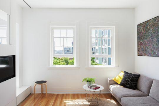 Las ventanas de la sala son de pequeña dimensión