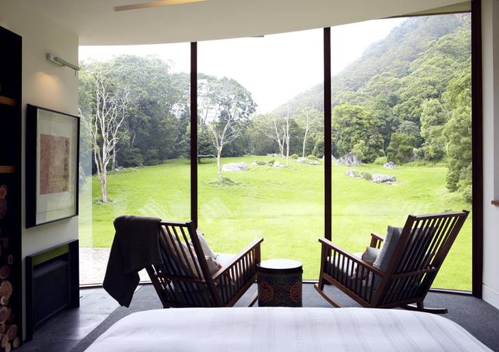 Vista del dormitorio hacia el verde campo que rodea la construcción ecológica