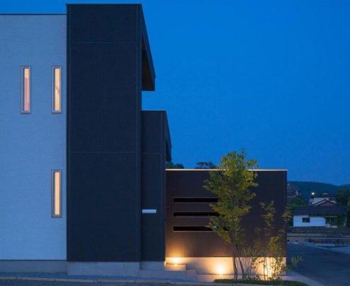 Parece una serie de planos seriados la estructura de concreto pintado de color negro