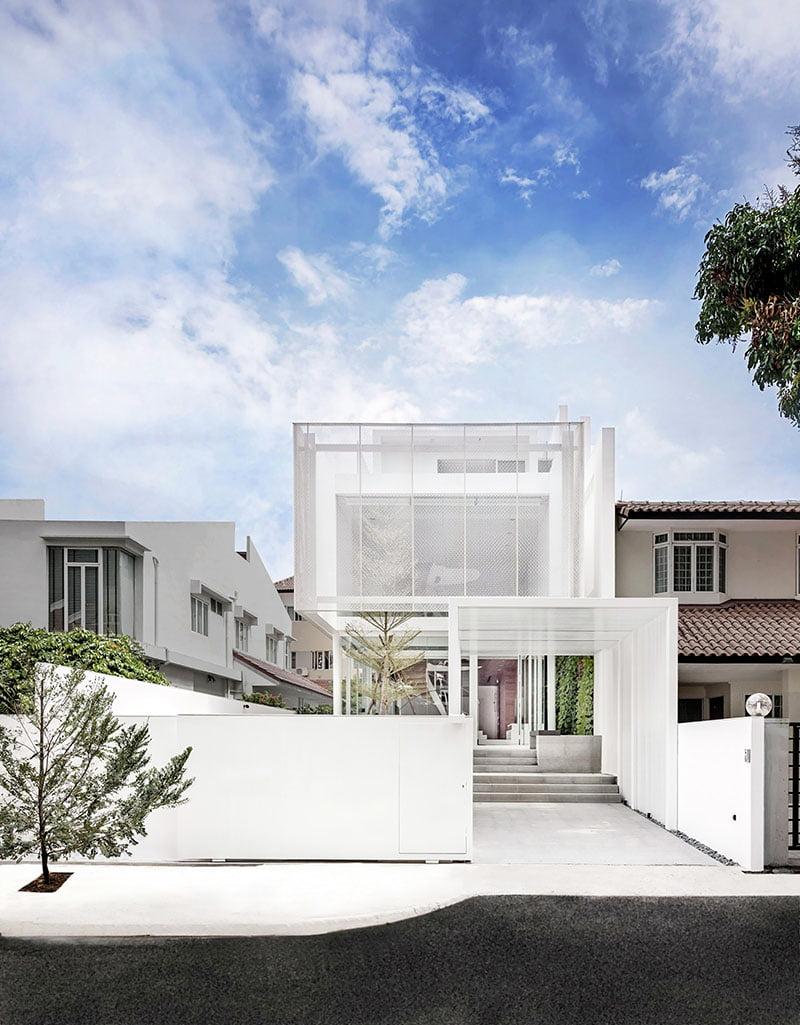 Vista frontal de la moderna casa