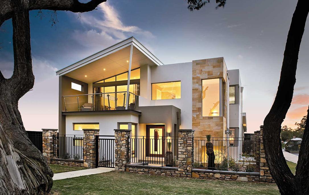 La fachada agrega varios elementos de diseño como la piedra (en dos texturas y colores, una para el cerco y otra para la pared de la casa), así como un techo inclinado en el segundo nivel que rompe un poco con las lineas cuadradas de el resto de la casa (Diseño: Residential Attitudes)