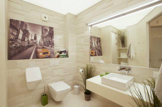 El tipo de azulejo y diseño de los inodoros de este cuarto de baño del penthouse, le da un carácter exclusivo