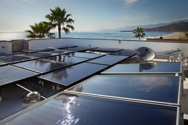 Paneles solares en el techo de la casa