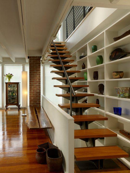 Para permitir el paso de la luz en espacios angostos este modelo de escalera es ideal (Studio Agoos Lovera)
