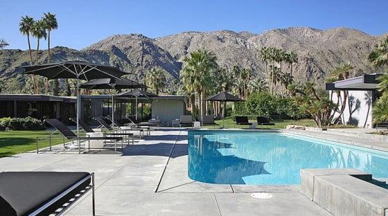 Destaca mucho el entorno de la casa, el hermoso paisaje rodeado de montañas y palmeras es el marco ideal para el diseño de la casa que parece perderse en este oasis