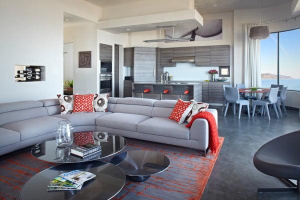 Muebles de la sala de color gris hacen tono con los muebles de la cocina del mismo tono de color, en la amplia zona social están ubicadas la sala estar, cocina y comedor todos con acceso directo a la playa que se encuentra al frente