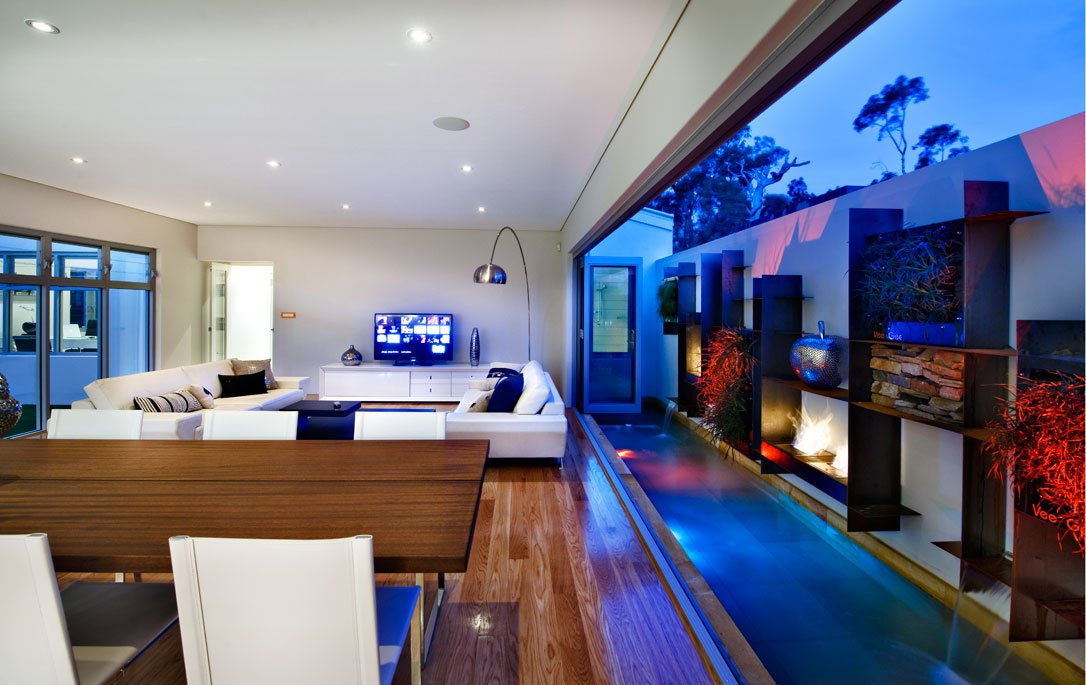 Una gran ventana permite conectar la sala con el patio que ha sido trabajado especialmente para ser parte de la decoración de la sala