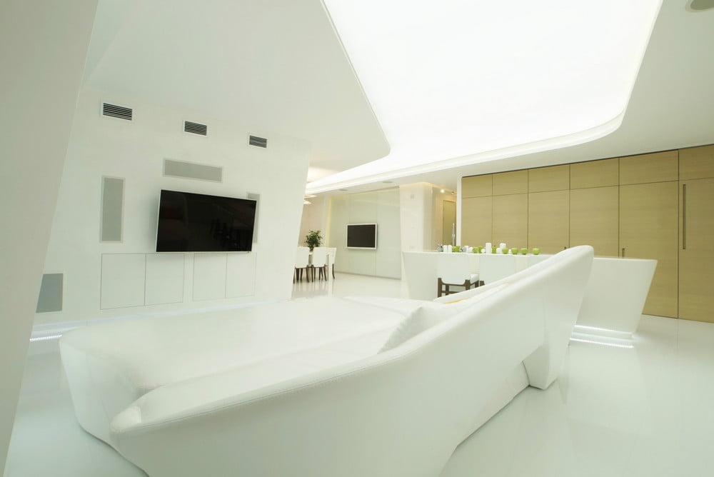 Tiene un falso techo con abertura para iluminación superior, diseño de muebles de lineas curvas color blanco a tono con las paredes (diseño: Latysheva Maria)
