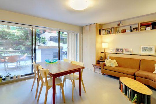 Tras el juego de sofá se ha diseñado una estantería para libros y objetos decorativos.