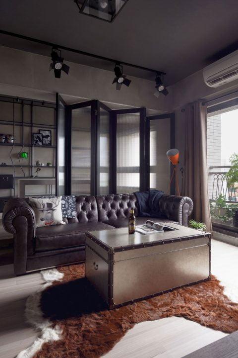 Vista del separador de ambientes transparente que divide la sala y el cuarto de estudio