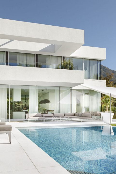 Hermosa fachada que gracias a los grandes cristales permiten una excelente iluminación interior