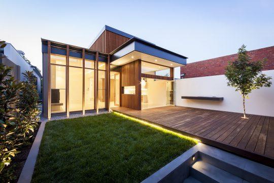 Se utilizó retroiluminación en pisos e iluminación por objetivos en vegetación