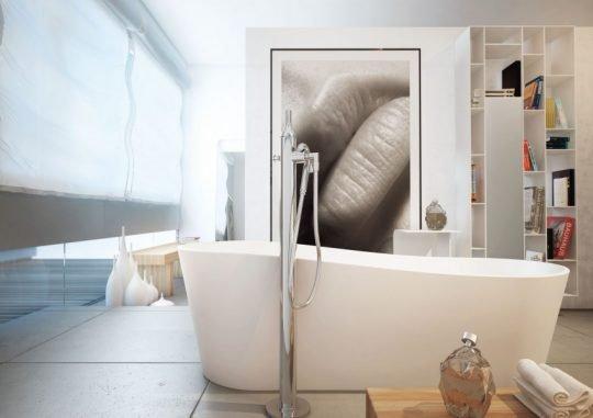 Puedes otorgar una dosis de sensualidad al cuarto de baño con un cuadro sugestivo complementalo con un mueble y adornos que te lleven a percibir sensaciones