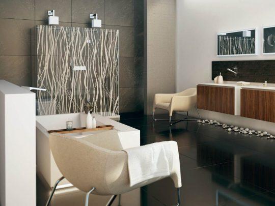 Decoración de cuarto de baño donde se emplean elementos encontrados en la naturaleza como la piedra rodada y tallos de plantas, los colores terra en paredes complementan bien el diseño